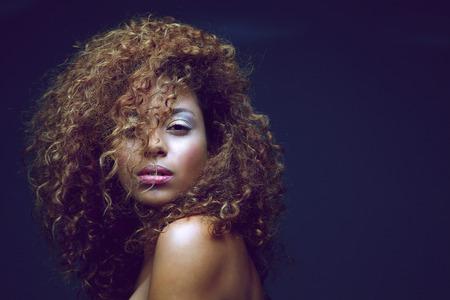 곱슬 머리와 아름다운 여성 패션 모델의 초상화를 닫습니다