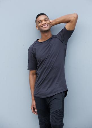 灰色の背景のポーズ笑顔のアフリカ系アメリカ人の肖像画