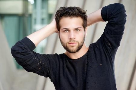 Close up Portrait von einem männlichen Model posiert mit den Händen hinter dem Kopf