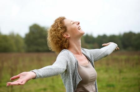 인생을 즐기는 행복 한 중간 세 여자의 초상화 스톡 콘텐츠