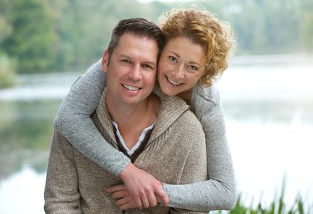 Close-up portret van een gelukkig volwassen paar in openlucht glimlacht Stockfoto