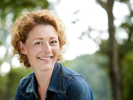 lachendes gesicht: Portrait eines freundlichen �lteren Frau l�chelnd im Freien