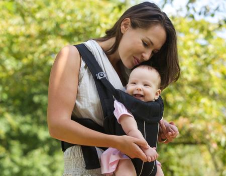 행복 한 어머니의 초상화 머리에 아기를 키스 스톡 콘텐츠