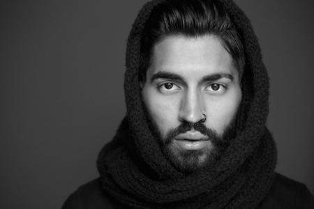 Close-up zwart-wit portret van een man met een wollen sjaal Stockfoto