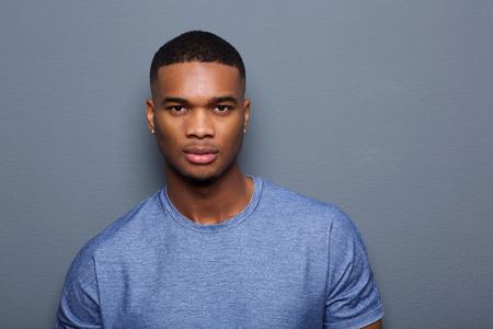 얼굴에 심각한 표정으로 잘 생긴 젊은 흑인 남자의 초상화를 닫습니다 스톡 콘텐츠
