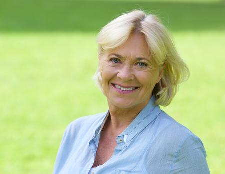 Close-up portret van een oudere vrouw die lacht buiten Stockfoto
