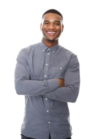 Portret van een vrolijke Afro-Amerikaanse man glimlachend met de armen gekruist op witte achtergrond Stockfoto