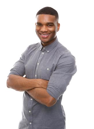 hombres negros: Close up retrato de un hombre afroamericano feliz posando con los brazos cruzados sobre fondo blanco aisladas