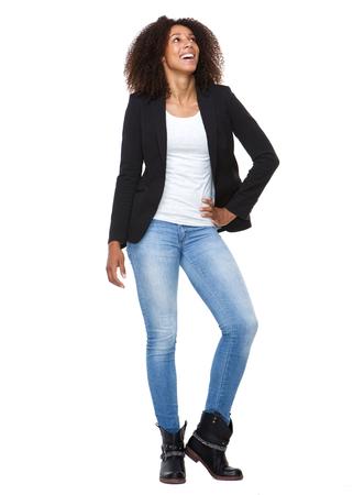Volledige lengte portret van een aantrekkelijke Afro-Amerikaanse vrouw lachend op witte achtergrond