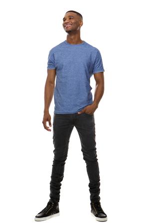 modelos hombres: Retrato de cuerpo entero de un joven feliz de pie en el fondo blanco aislado
