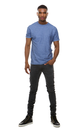 persona de pie: Retrato de cuerpo entero de un hombre de moda joven de pie sobre fondo blanco aislado Foto de archivo
