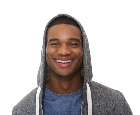 sudadera: Close up retrato de un hombre joven y sonriente con la sudadera con capucha en el fondo blanco aislado Foto de archivo