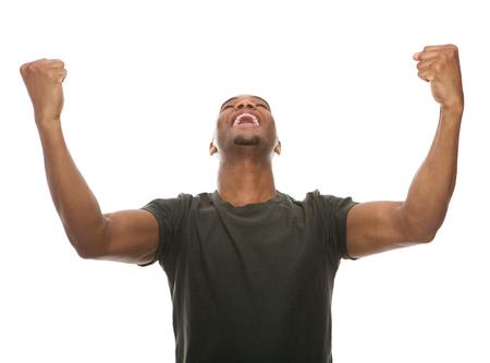 Portret van een vrolijke jonge man schreeuwen met opgeheven armen in het succes