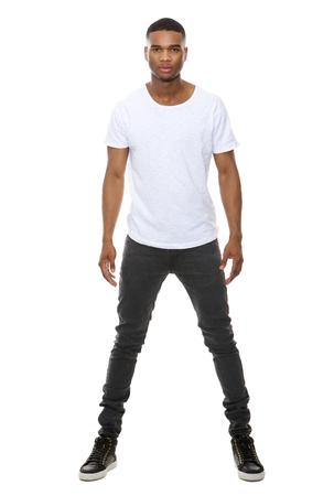 modelos masculinos: Retrato de cuerpo entero de un modelo de moda guapo afroamericano masculino posando sobre fondo blanco aislado