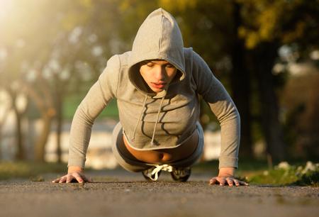Portret van een sportieve jonge vrouw uitoefening buitenshuis Stockfoto