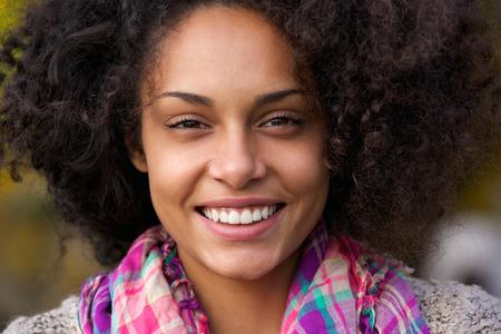 visage: Close up portrait d'un beau visage africain am�ricain femme souriante
