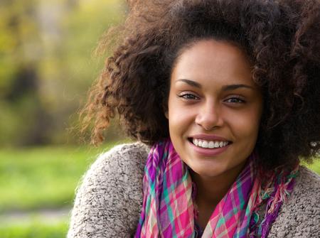 mujer sola: Close up retrato de una bella joven mujer afroamericana sonriente al aire libre Foto de archivo