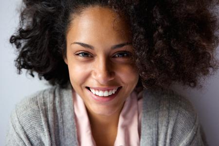 mujeres negras: Close up retrato de una hermosa mujer afroamericana sonriente cara Foto de archivo