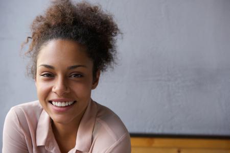 笑って幸せな若い黒人女性の肖像画を間近します。
