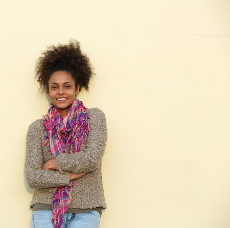 mujer sola: Retrato de una mujer joven negro sonriente casual