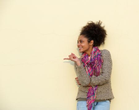 Portrait d'une belle jeune femme pointant le doigt Banque d'images - 34929185