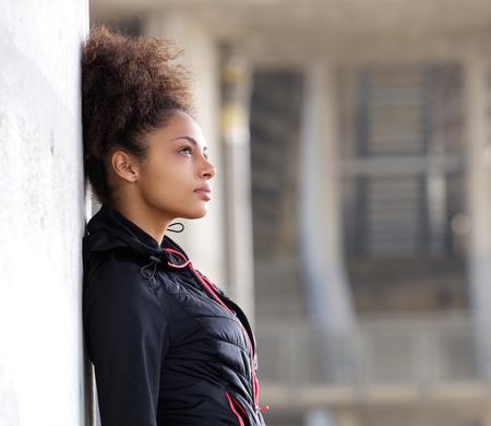 Vista lateral retrato de una atractiva joven que piensa al aire libre Foto de archivo - 35335157