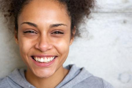 Close-up portret van een mooie jonge Afro-Amerikaanse vrouw die lacht Stockfoto