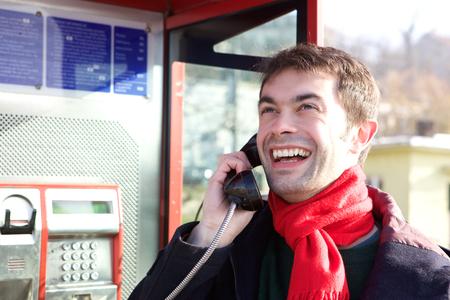 cabina telefonica: Retrato de un hombre joven llamada de cabina telef�nica Foto de archivo