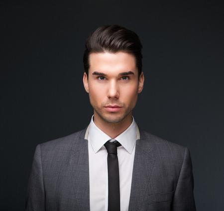 modelos hombres: Close up retrato de un modelo de moda masculina guapo en traje de negocios
