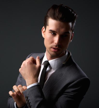 mannequins hommes: Close up portrait d'un homme mannequin posant belle en costume d'affaires