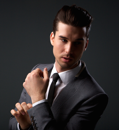 mannen pak: Close up portrait of a handsome male fashion model posing in business suit