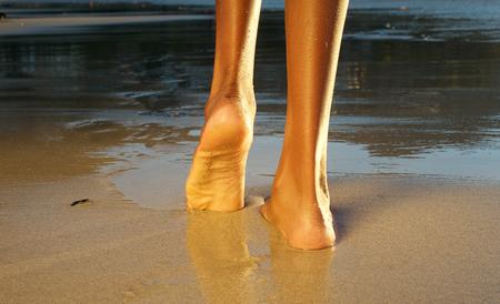 piedi nudi di bambine: Vista basso angolo posteriore di una donna afro-americana camminano sulla spiaggia Archivio Fotografico