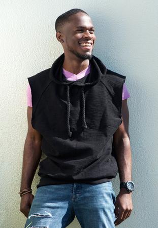hombres jovenes: Retrato de un joven afroamericano fresca sonrisa en el fondo blanco Foto de archivo