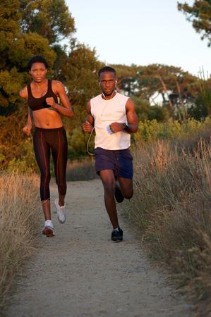 mujeres negras: Retrato de una pareja de j�venes corriendo negro saludable juntos al aire libre