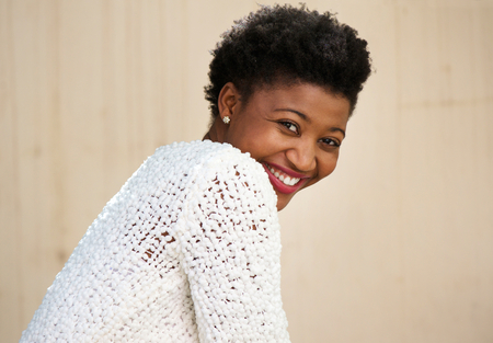 mujer sola: Cerca de retrato de una mujer joven negro sonriente feliz en el su�ter blanco Foto de archivo