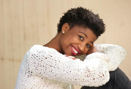 sueteres: Close up retrato de una mujer afroamericana sonriente sentado al aire libre