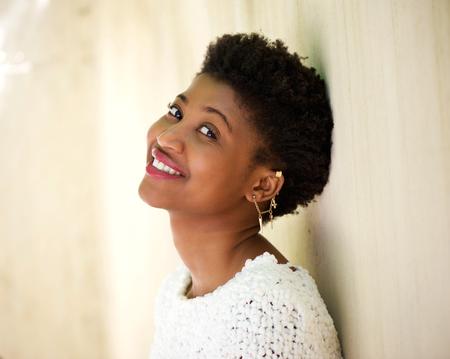 mujer sola: Close up retrato de una atractiva joven mujer afroamericana sonriente