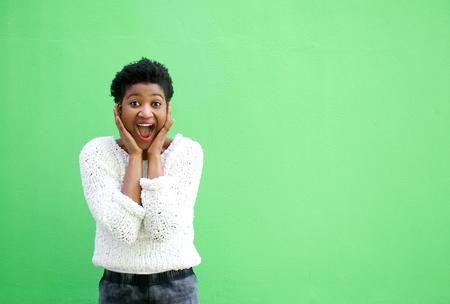sueteres: Retrato de una mujer joven sorprendido con las manos en la cara