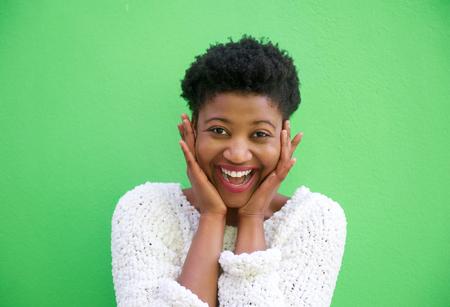 cara sorprendida: Close up retrato de una mujer joven sorprendida sonriente con las manos en la cara