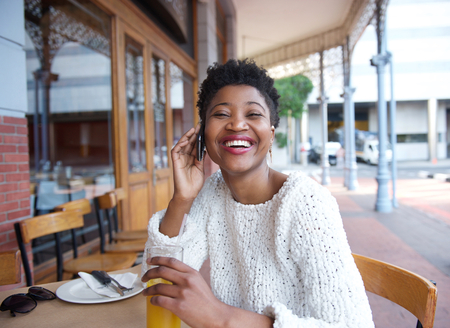 lachendes gesicht: Close up Portrait einer jungen Frau sprechen �ber Handy im Restaurant