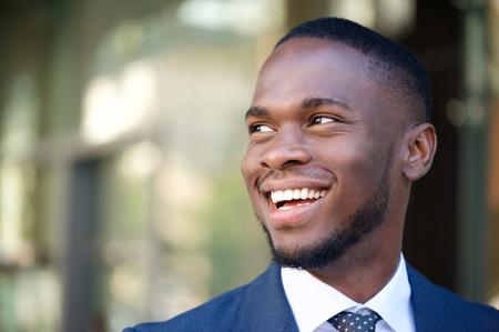 uomo felice: Primo piano, ritratto di un uomo sorridente di affari in citt�