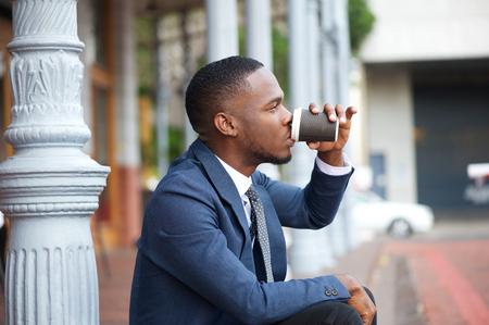 hombres negros: Close up retrato de un joven empresario de relax y beber caf� en la ciudad
