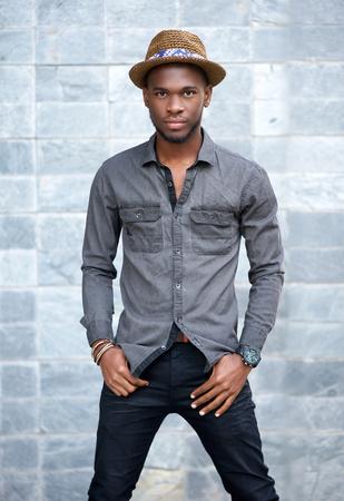 modelos negras: Retrato de un modelo masculino afroamericano de moda con el sombrero