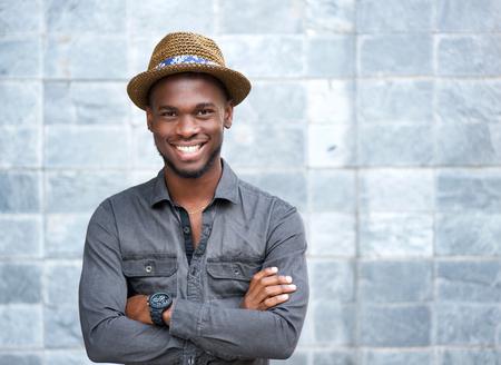 Close-up portret van een gelukkige jonge kerel met hoed