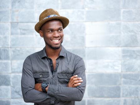 Close-up portret van een gelukkig Afro-Amerikaanse man lachend met de armen gekruist