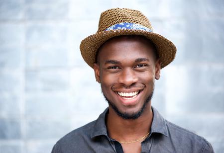 hombres negros: Close up retrato de un hombre afroamericano feliz riendo