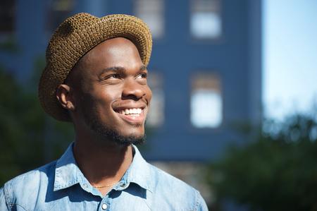 mannequin africain: Close up portrait d'un jeune homme heureux african american sourire plein air avec le chapeau