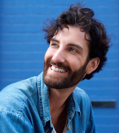 modelos posando: Close up retrato de un joven feliz con la sonrisa de la barba