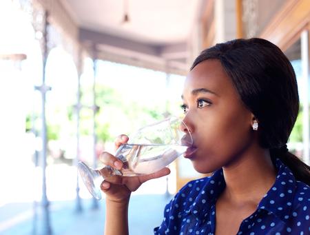 copa de agua: Close up retrato de perfil de una mujer de negocios de agua potable joven