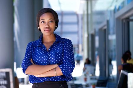 single woman: Retrato de una mujer afroamericana joven confía en pie en la ciudad